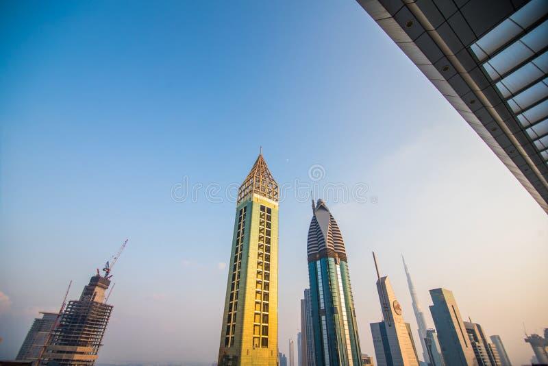 Сценарийный вид с воздуха на центр Дубая, Объединенные Арабские Эмираты, с небоскребами и автомагистралями Цветной фон путешестви стоковая фотография rf