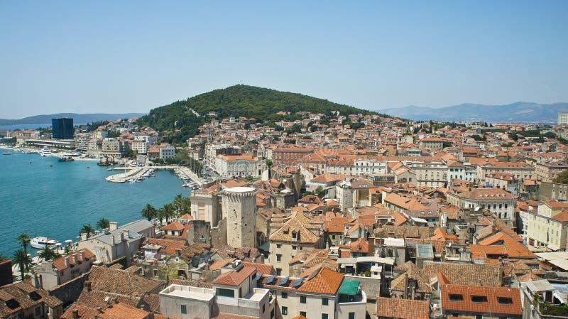Сценарный вид с воздуха побережья и крыш от колокольни, красивого городского пейзажа, солнечного дня, Адриатического моря Хорвати стоковая фотография