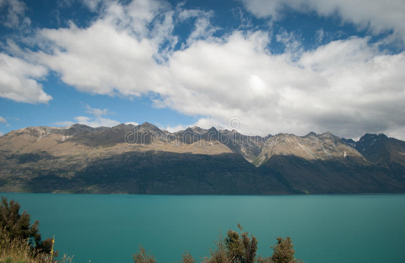 Сценарный вид на озеро Wakatipu, дорога Glenorchy Queenstown, южный остров, Новая Зеландия стоковые изображения