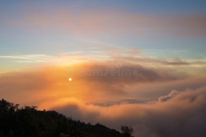 Сценарный восход солнца взгляда с туманом и облаком в ландшафте долины горы, туманном восходе солнца утра на горном пике dao chia стоковое фото