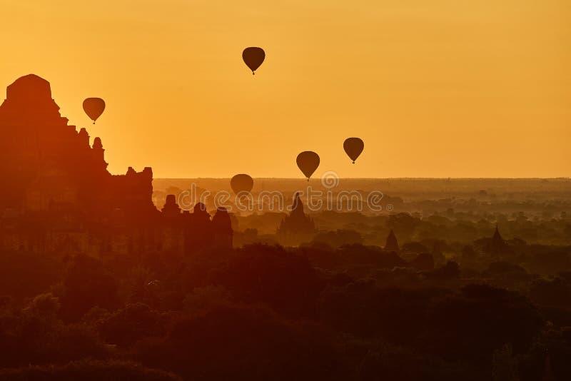 Сценарный восход солнца с много горячих воздушных шаров над Bagan в Мьянме стоковая фотография