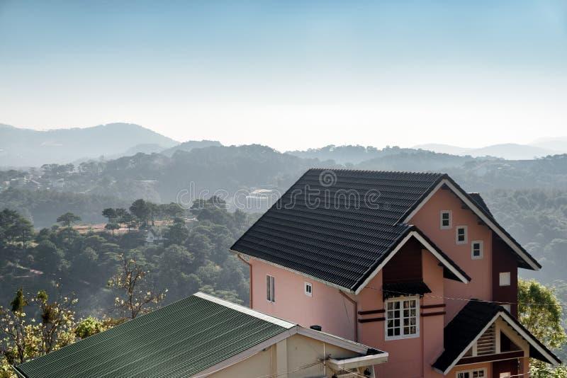 Сценарный дом среди древесин сосны и гор, Dalat, Вьетнама стоковая фотография