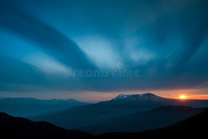 Сценарный заход солнца в горах стоковые изображения rf