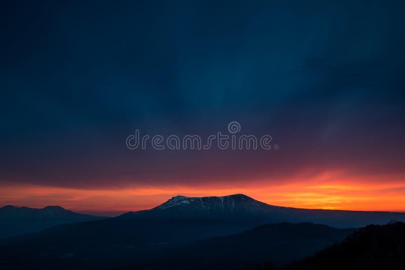 Сценарный заход солнца в горах стоковое фото