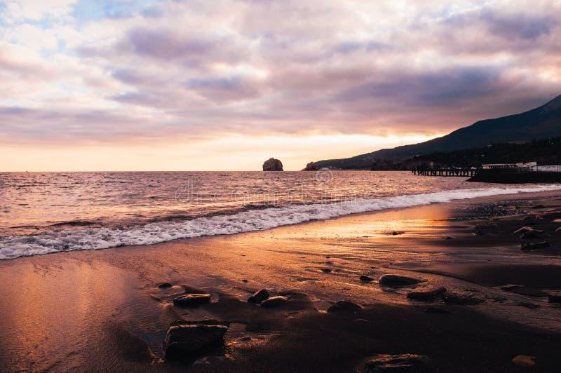 Сценарный заход солнца ландшафта на пляже Чёрного моря Крыма стоковые изображения rf