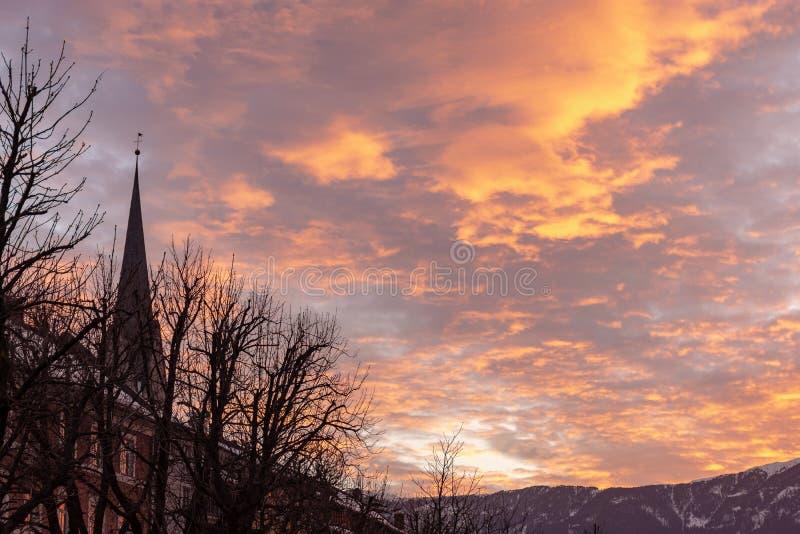 Сценарный заход солнца с много облаков стоковая фотография