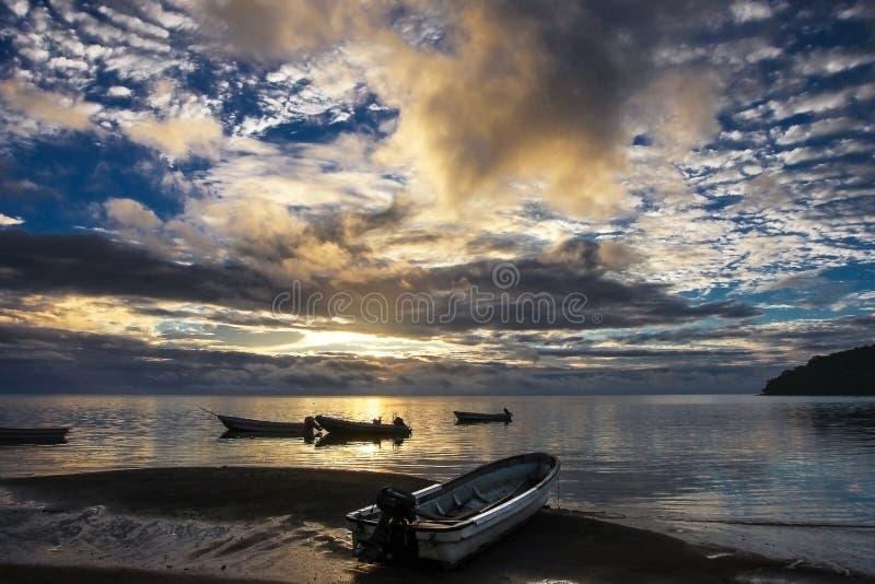 Сценарный заход солнца океана на Острова Фиджи с маленькими лодками в foregrou стоковое изображение
