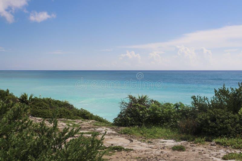 Сценарный карибский пляж с шикарным голубым небом стоковые фотографии rf