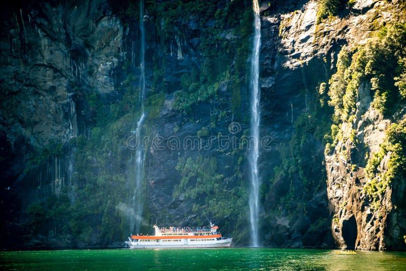Сценарный круиз причаливает водопаду, Milford Sound стоковые изображения rf