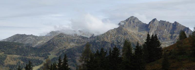 Сценарный ландшафт горы с туманом горных пиков стоковое изображение