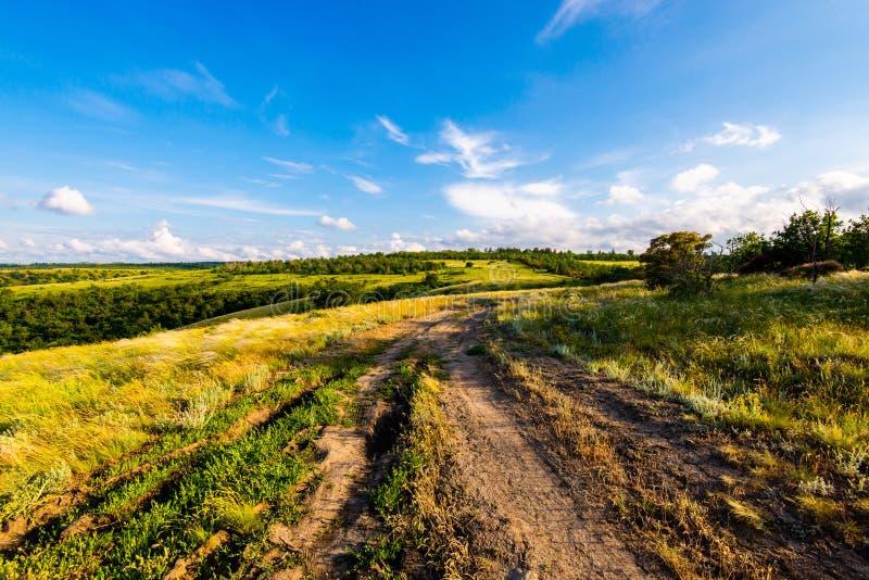 Сценарный ландшафт сельской местности с сельской грязной улицей стоковое изображение