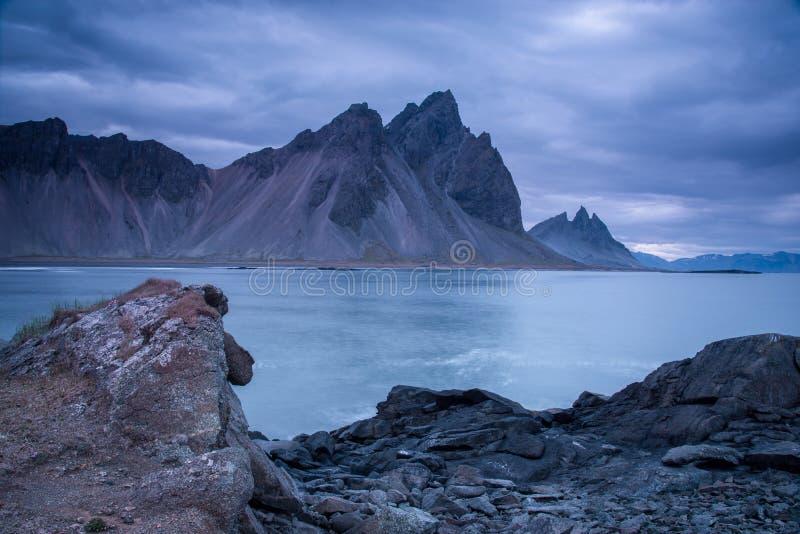 Сценарный ландшафт с большинств захватывающими горами Vestrahorn на полуострове Stokksnes в Исландии Экзотические страны E стоковая фотография rf