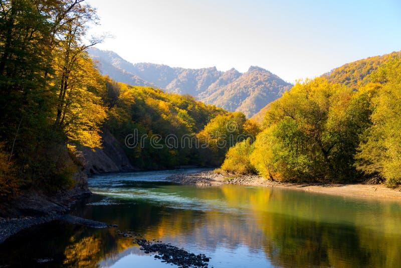 Сценарный ландшафт с красивым рекой горы Осень в mounta стоковые изображения rf