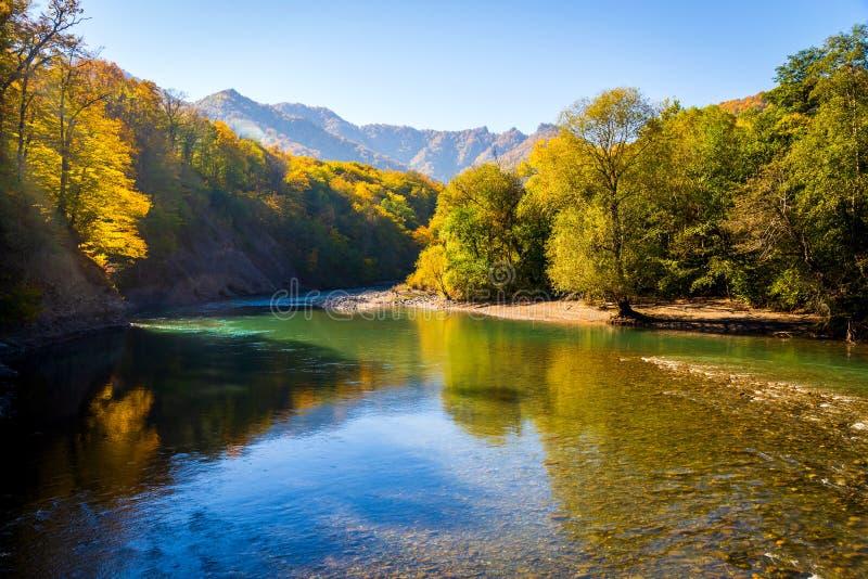 Сценарный ландшафт с красивым рекой горы Осень в mounta стоковая фотография