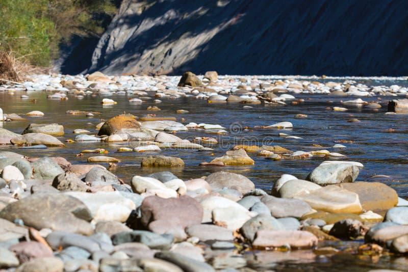 Сценарный ландшафт с красивым рекой Осень в mounta стоковые изображения
