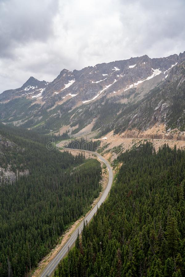 Сценарный но туманный взгляд пропуска Вашингтона вдоль шоссе северных каскадов сценарного стоковое изображение rf