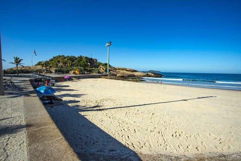 Сценарный панорамный взгляд пляжа Ipanema от утесов на Arpoador с горизонтом Бразилией Рио-де-Жанейро стоковое изображение rf