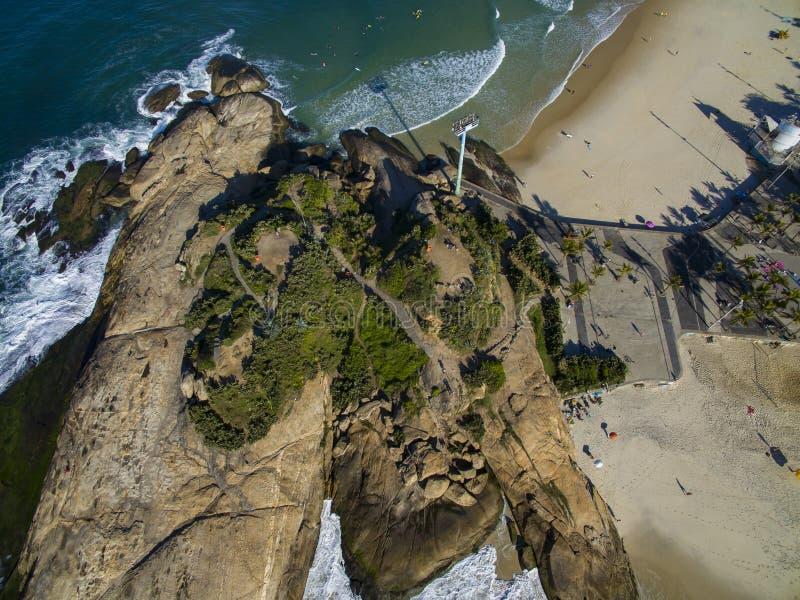 Сценарный панорамный взгляд пляжа Ipanema от утесов на Arpoador с горизонтом Бразилией Рио-де-Жанейро стоковые изображения rf
