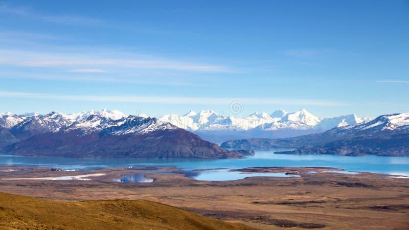 Сценарный панорамный вид к красивой долине с озерами бирюзы со снег-покрытыми горами на предпосылке в соотечественнике Лос Glacia стоковое фото