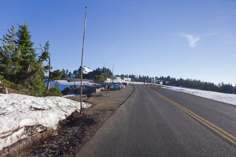 Сценарный привод оправы шоссе в национальном парке озера кратер стоковые изображения rf