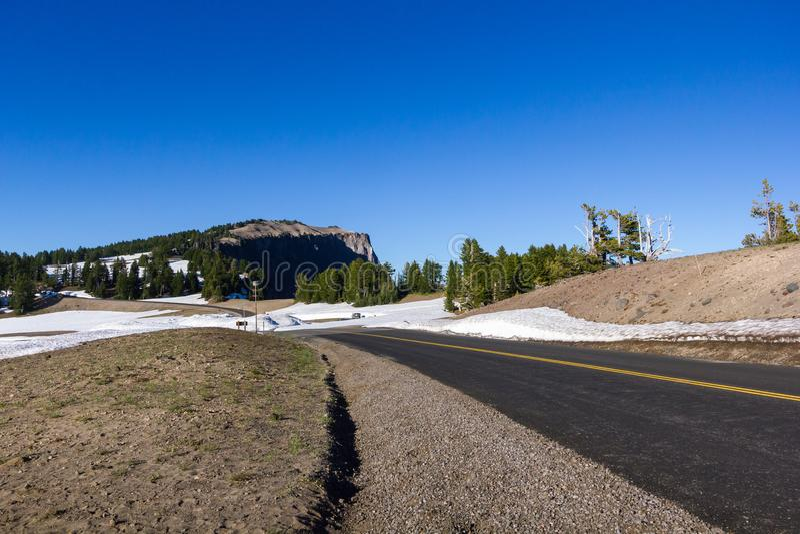 Сценарный привод оправы шоссе в национальном парке озера кратер стоковое фото rf
