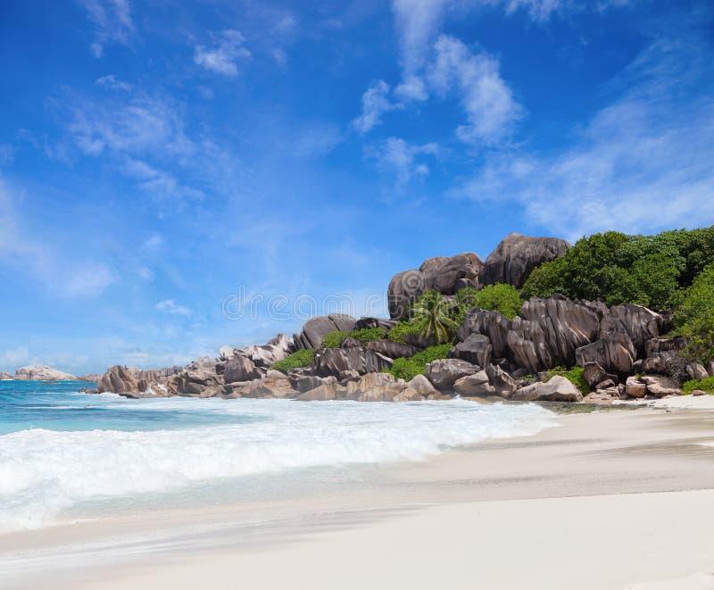 Сценарный пляж с белым песком с валунами гранита, Ла Digue, Сейшельские островы стоковые фото