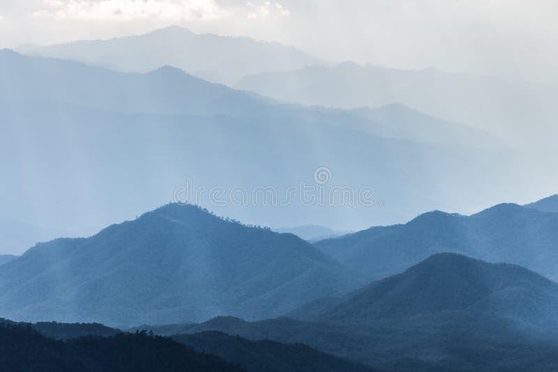 Сценарный ряд гор покрытый мягким туманом стоковые изображения rf