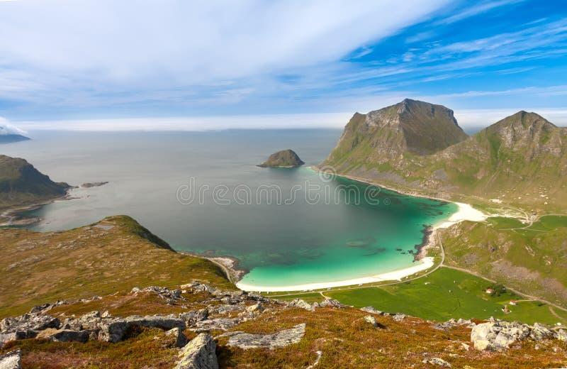Сценарный фьорд на островах Lofoten с типичной хатой рыбной ловли стоковая фотография