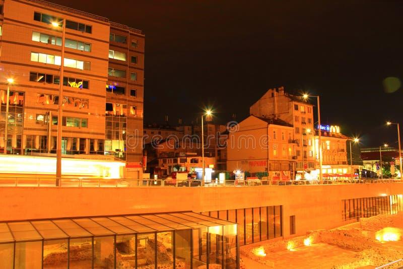 Сцена Болгария ночи центра города Софии стоковое изображение rf