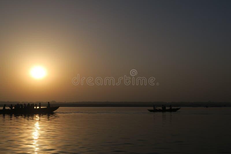 Сцена воды с людьми на шлюпке на реке Ганга стоковые фотографии rf