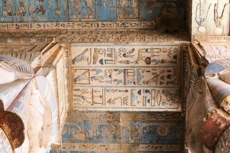 Сцена в виске Denderah, Qena, Египте стоковые фото