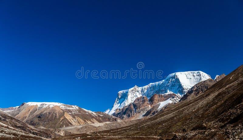 Сцена гор снега голубого неба стоковое фото rf