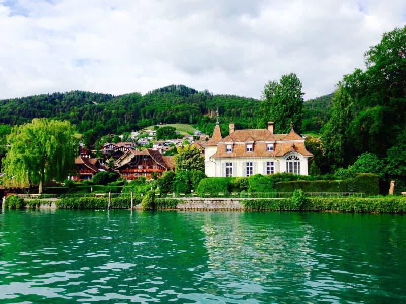Сцена замка и дома в озере Thun, Интерлакене стоковое изображение rf