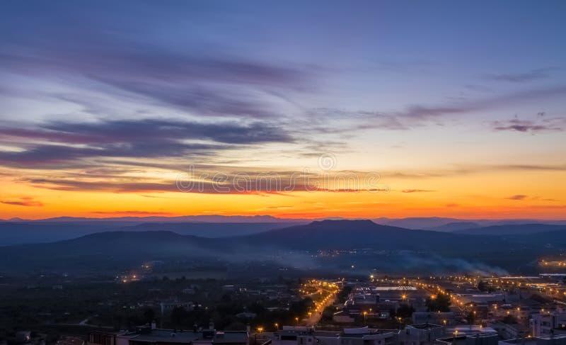 Сцена захода солнца с горами в предпосылке и городом Matera в переднем плане, промышленном взгляде стоковые фотографии rf