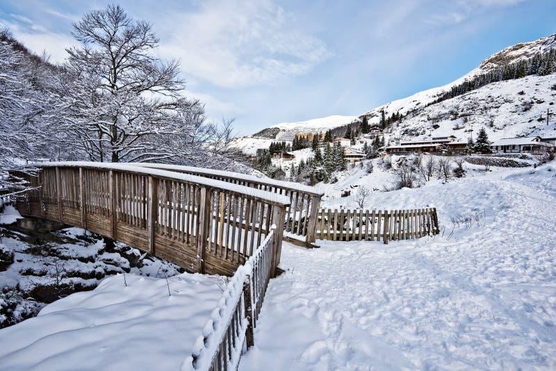 Сцена зимы деревянного моста в горном селе Gourette стоковая фотография rf