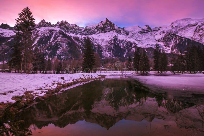 Сцена зимы Монблана и француза Альпов на розовом рассвете стоковые фотографии rf