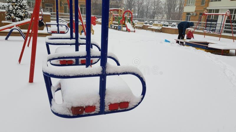 Сцена зимы на спортивной площадке детей стоковое изображение rf