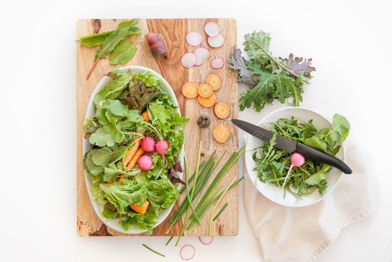 Сцена ингридиентов свежей продукции на деревянном блоке вырезывания в кухне стоковое фото