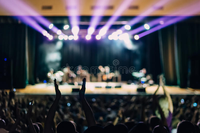 Сцена концерта освещает аншлаг людей стоковые фотографии rf