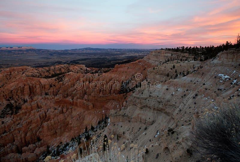 Сцена на национальном парке каньона Bryce на заходе солнца в зиме стоковое фото
