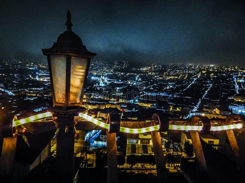 Сцена ночи вида с воздуха на городе эквадоре Кито стоковая фотография rf