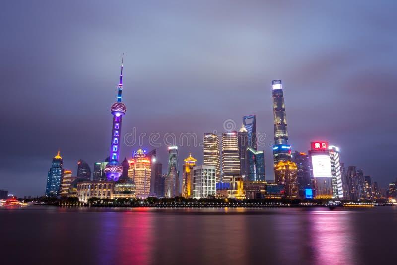 Сцена ночи восточной башни жемчуга в Шанхае, Китае апреле стоковая фотография rf