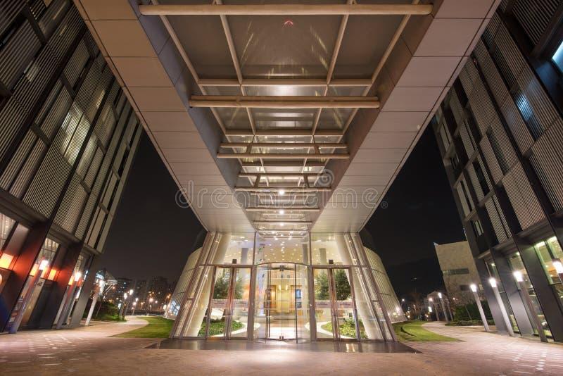 Сцена ночи входа офисного здания небоскреба Iberdrola стоковые фото