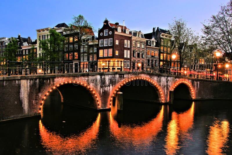 Сцена ночи канала Амстердама стоковая фотография rf