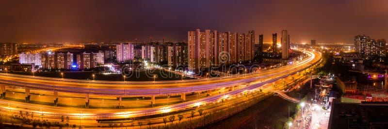 Сцена ночи китайской окружающей среды города с квартирой и Expre стоковое изображение