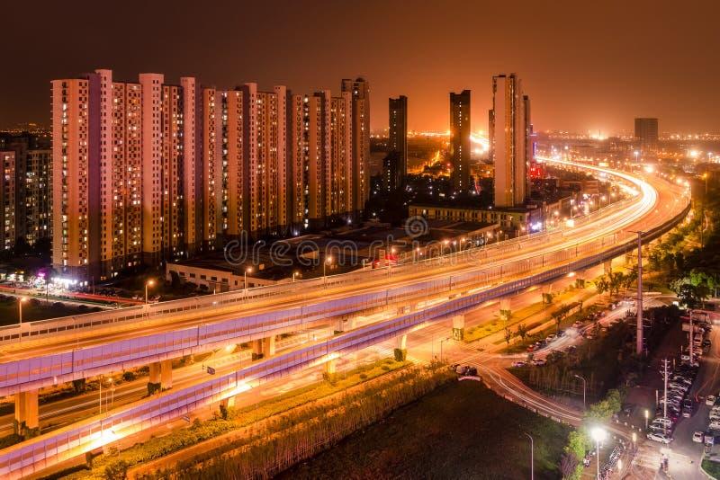 Сцена ночи китайской окружающей среды города с квартирой и Expre стоковые изображения rf