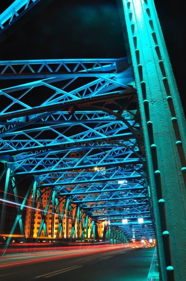 Сцена ночи красочного моста Waibaidu стоковые изображения rf