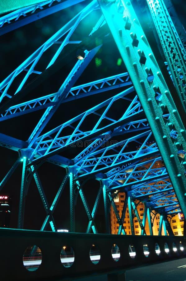 Сцена ночи красочного моста Waibaidu стоковые фотографии rf
