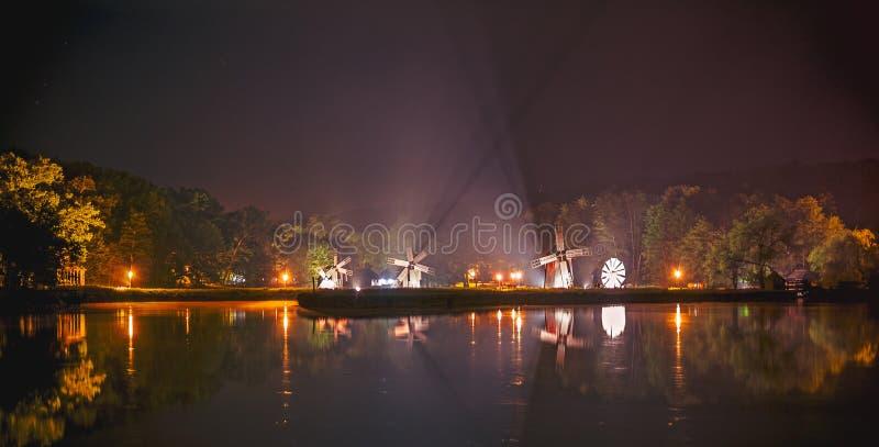 Сцена ночи озера с ветрянками стоковые фотографии rf