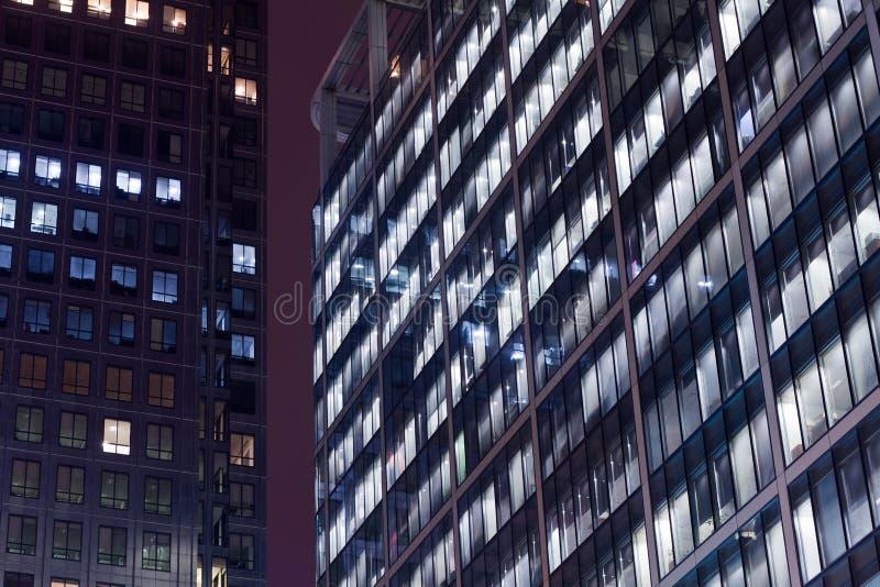 Сцена ночи офисных зданий стоковая фотография